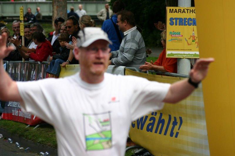 Zieleinlauf beim ersten komplett gelaufen Marathon - Oldenburg-Marathon 2008
